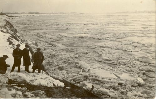 Il Po ghiacciato visto dalla riva, anno 1929.